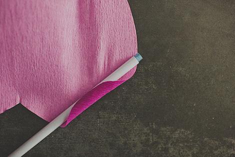 Hacer pétalos de papel crepé